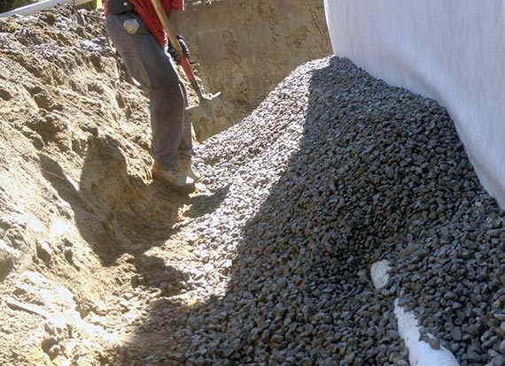 installer des tuyaux de drainage dans la cour